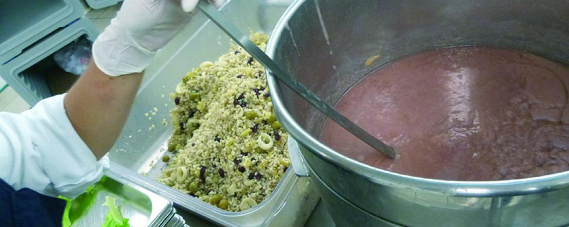 Pendant ce temps, les plats froids sont préparés à deux par postes, pour des raisons d'hygiène et de manutention. Carottes, tomates, fruits... tout est lavé et coupé sur place. Même les assaisonnements sont confectionnés dans la cuisine municipale le matin-même.