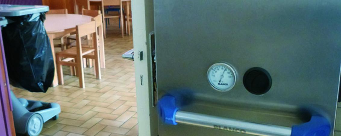 Avant de servir les enfants, le personnel municipal vérifie une dernière fois que la température des aliments ait bien été conservée. La température est notée dans un tableau dédié à chaque repas.
