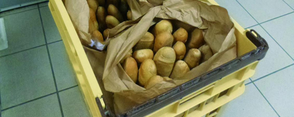 Vers 8h, le pain est livré ! Il arrive tout droit d'une boulangerie d'Ondres.